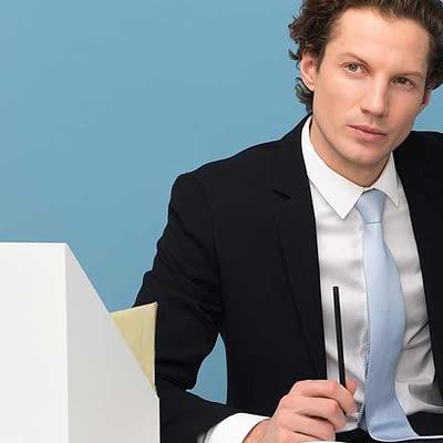 Imagem de um executivo pensando sobre o plano de saúde ideal para sua empresa