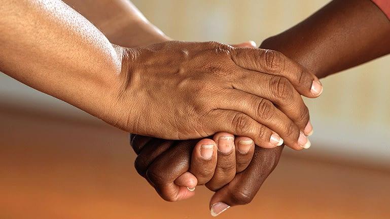Aperto de mãos demonstrando empatia.